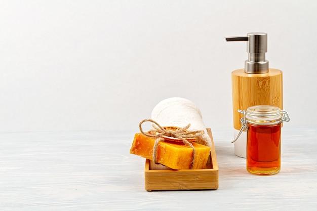 Accessoires en bambou pour le bain - bol, distributeur de savon, brosses, brosse à dents, serviette et shampoing sec biologique pour l'hygiène personnelle