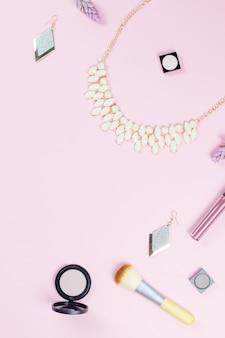 Accessoires de beauté femme à plat sur fond pastel. concept de blogueur mode ou beauté.