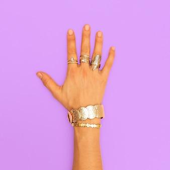 Accessoires de bijoux en or élégants. concept de détails de mode