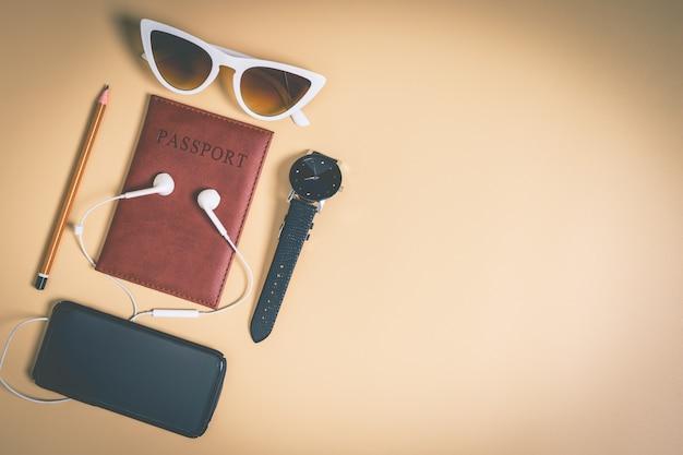 Accessoires de blogueur de voyage sur l'espace de copie marron