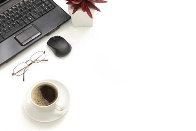Accessoires de bureau modernes sur blanc