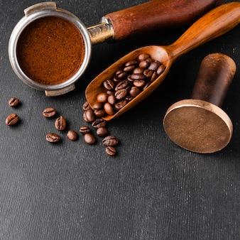 Accessoires de café en gros plan sur la table