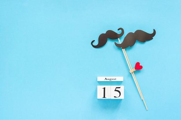 Accessoires de couple en papier moustache, calendrier 15 août. homosexualité amour gay. journée internationale des gays