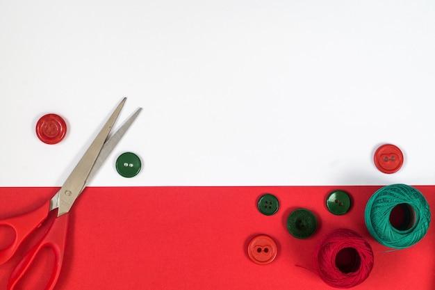 Accessoires de couture aux couleurs rouge et vert. vue de dessus