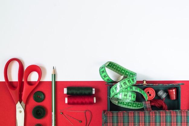 Accessoires de couture aux couleurs rouge et vert.