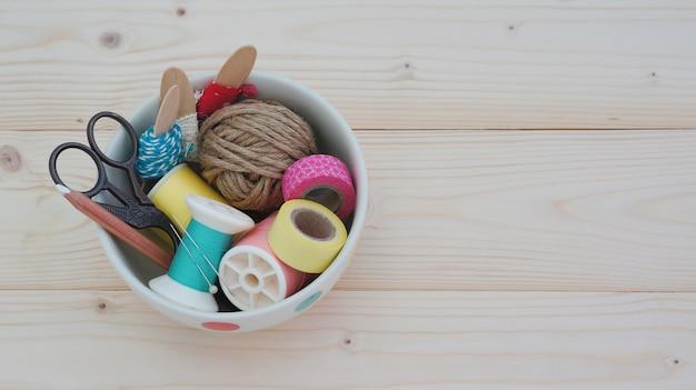 Accessoires de couture sur fond en bois avec espace copie