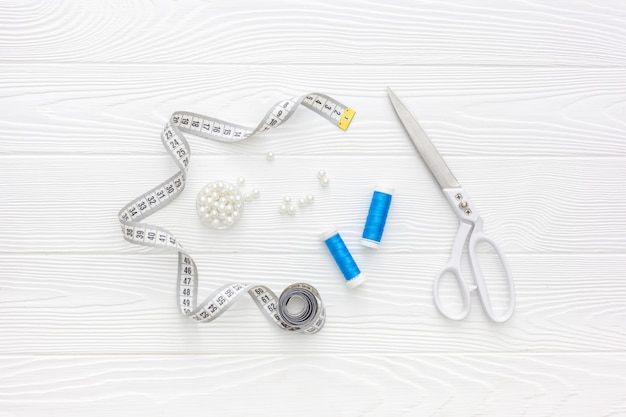 Accessoires de couture et fournitures de couture. bobines de fil, ciseaux et centimètre