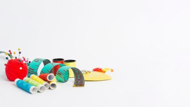 Accessoires de couture en gros plan avec espace copie