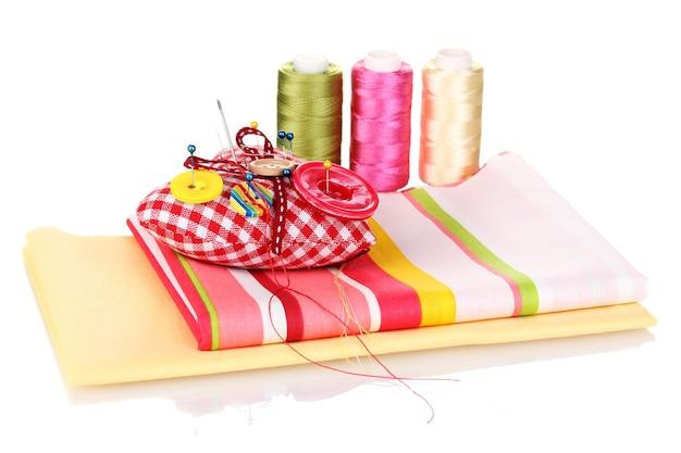 Accessoires de couture et tissu isolé sur blanc