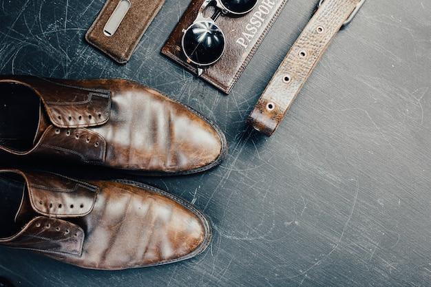 Accessoires en cuir chaussures passeport lunettes le concept des choses en voyage
