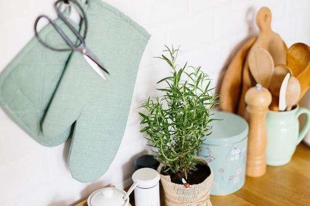 Accessoires de cuisine dans un mur de briques en céramique
