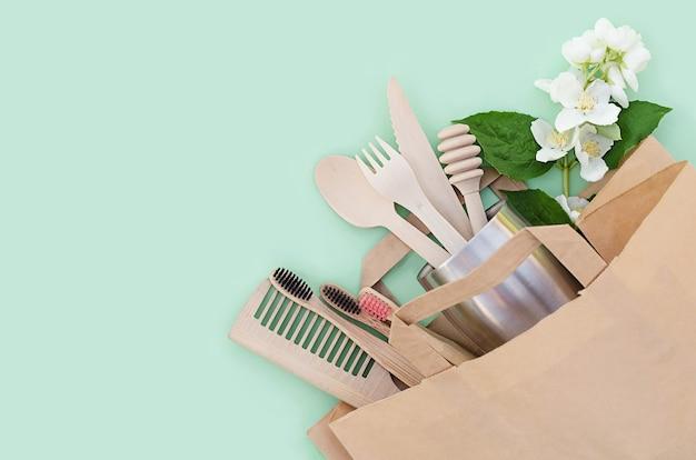 Accessoires de cuisine et de salle de bain en bambou et en bois dans une maison écologique. zero gaspillage. sans plastique.