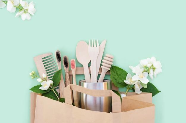 Accessoires de cuisine et de salle de bain en bambou et en bois dans une maison écologique. zero gaspillage.