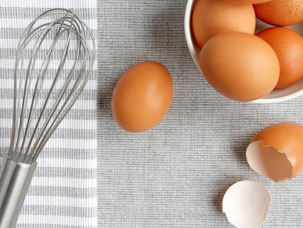 Accessoires de cuisson maison sur fond gris