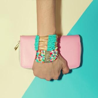 Accessoires dames. bracelets et pochette. vanille de style de mode.
