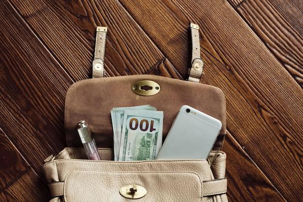 Accessoires dans un sac avec de l'argent