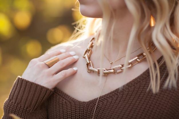 Accessoires dorés élégants sur un gros plan fille