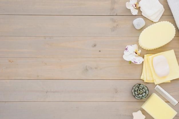 Accessoires de douche sur table en bois