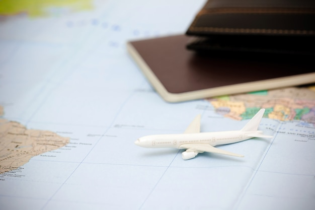 Accessoires du voyageur, articles de vacances essentiels, fond de concept de voyage