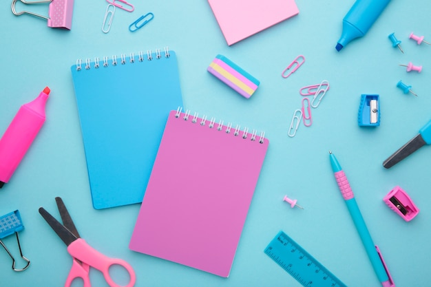 Accessoires d'école sur fond bleu. concept de retour à l'école, minimalisme
