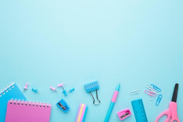 Accessoires d'école sur fond bleu