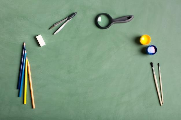 Accessoires d'école sur le fond vert