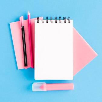 Accessoires d'écriture sur surface colorée