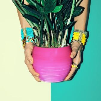 Accessoires élégants. bracelets. style tropical. dame de la mode.