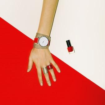 Accessoires élégants. concentrez-vous sur le rouge. bijoux de mode pour dames