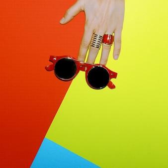 Accessoires élégants. concentrez-vous sur le rouge. lunettes de soleil et bijoux steampunk.