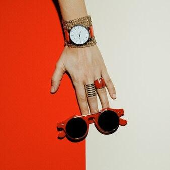 Accessoires élégants. concentrez-vous sur le rouge. montres, lunettes de soleil, bagues.