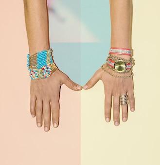 Accessoires élégants. montres et bracelets. tendance de la mode estivale