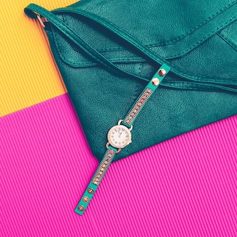 Accessoires élégants. pochette et montres en cuir vert. soyez brillante dame