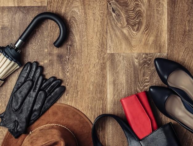 Accessoires élégants pour femmes sur le sol. fashionista. vue de dessus. copiez l'espace. style plat