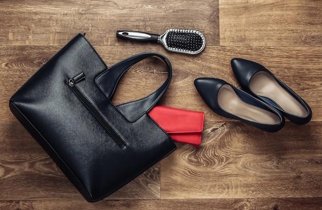 Accessoires élégants pour femmes sur le sol. fashionista. vue de dessus. mise à plat