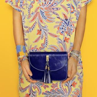 Accessoires élégants. sac et bijoux. estampes orientales lumineuses d'été. soyez dans la tendance.