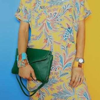 Accessoires élégants. sac et bijoux. impressions d'été lumineuses. soyez dans la tendance.