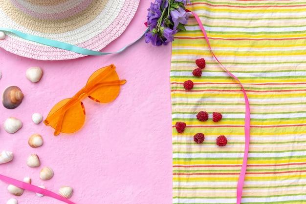 Accessoires d'été. chapeau de paille pour femme avec une couverture sur laquelle sont des framboises.