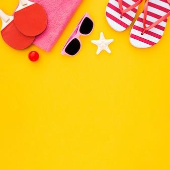 Accessoires d'été sur jaune