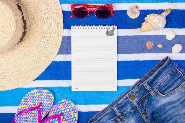 Accessoires d'été avec ordinateur portable et espace de copie. vue de dessus et mise au point sélective
