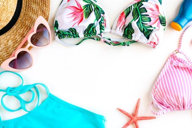 Accessoires d'été pour femme sur fond blanc