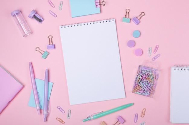 Accessoires d'étude et de rentrée scolaire en rose