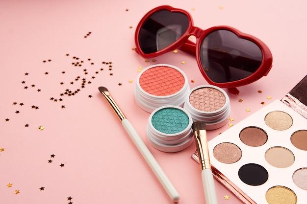 Accessoires de fard à paupières perles collection de pinceaux de maquillage cosmétiques professionnels sur espace rose