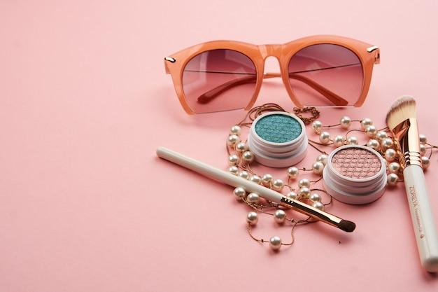 Accessoires de fard à paupières perles collection de pinceaux de maquillage cosmétiques professionnels sur rose