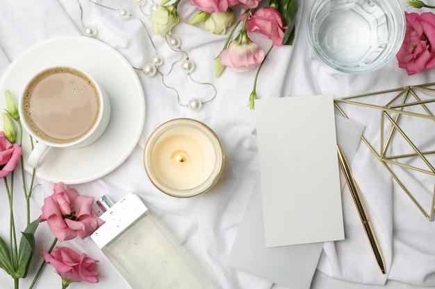 Accessoires féminins sur tissu blanc. concept de blogueur