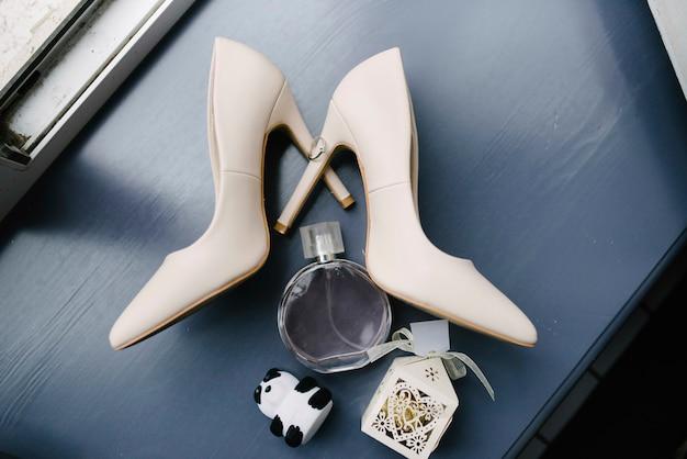 Accessoires femme mariée. sac à main, chaussures, bagues, parfum de mariée
