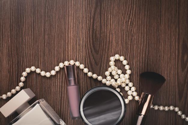 Accessoires femme: parfum, pinceau, collier