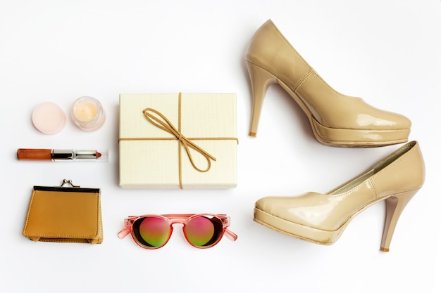 Accessoires de femme sur la vue de dessus de fond blanc. tenue moderne et décontractée. concept de mode, de shopping et de maquillage.