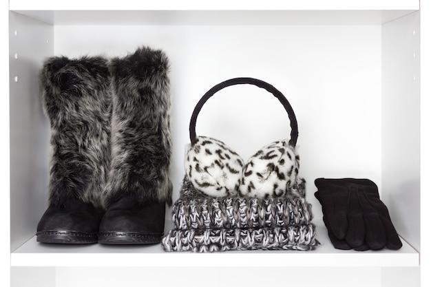 Accessoires de femmes de mode d'hiver sur l'étagère blanche