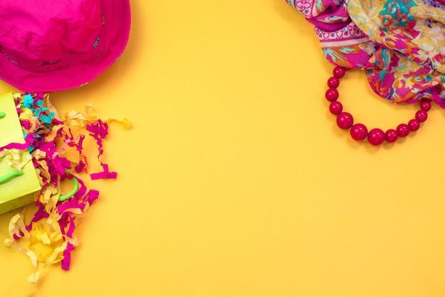 Accessoires femmes plat poser sur fond jaune espace de copie vue de dessus